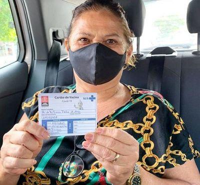 Mãe de Juliette Freire é vacinada contra Covid-19 em João Pessoa