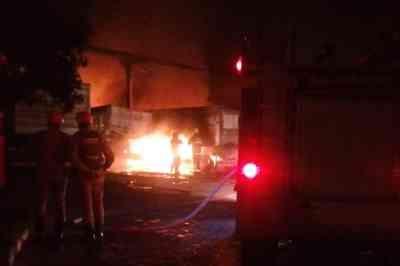 Incêndio atinge oficina de caminhões em Bayeux