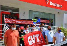 Bancários realizam protesto e paralisam atividades contra demissões em agência do Bradesco, em JP