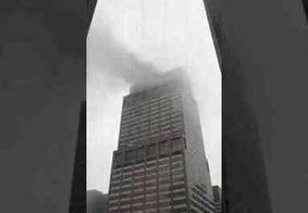 Piloto morre após helicóptero se chocar com topo de prédio em Nova York