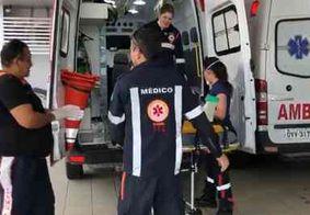 Mulher fica ferida após fugir de tentativa de assalto e cair em barreira em praia de João Pessoa