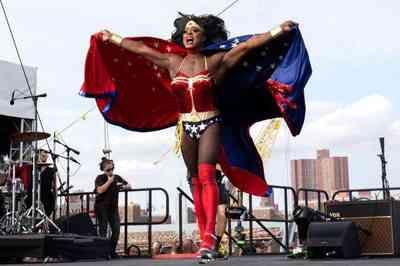 Morre cantor drag queen vítima de coronavírus, nos EUA