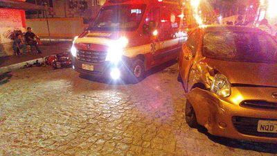 Colisão entre motocicleta e caminhão deixa dois homens feridos