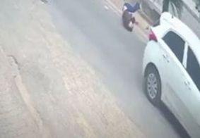 Mulher salta de carro após ser mantida refém por sequestrador; veja