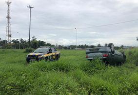 Motorista perde controle e carro capota em alça do viaduto de Oitizeiro