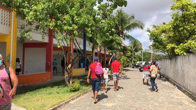 'Santinhos' nas ruas e poucas filas marcam início de votações em João Pessoa