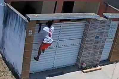 Vídeo: câmera flagra momento em que homem pula muro de casa para roubar, na PB