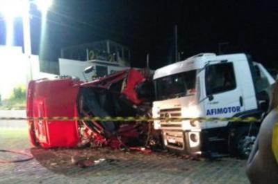 Colisão entre caminhões deixa uma pessoa ferida, no sertão da PB