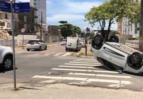 Carro capota após colisão no bairro de Tambaú