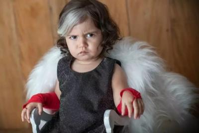 Bebê com mecha branca no cabelo viraliza ao fazer ensaio vestida de Cruella