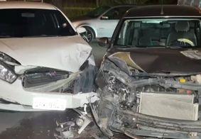 Carros colidem em cruzamento em JP