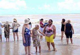Grupo comemora Dia do Idoso em praia de João Pessoa