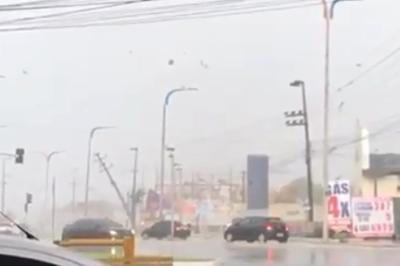 Vídeo: fortes chuvas e ventanias atingem casas e derrubam torre em São Luís do Maranhão