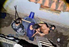 Suspeito de agredir esposa é preso ao tentar fugir da polícia pelo telhado