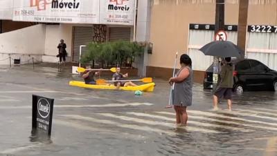 O brasileiro é criativo! Moradores da Torre usaram um caiaque como meio de transporte nas ruas do bairro