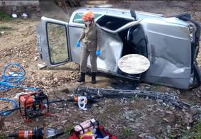 Motorista colide com poste, capota veículo e cai em ribanceira