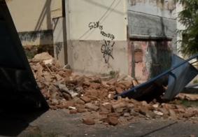 Casarão histórico desaba e atinge carro no Centro de João Pessoa