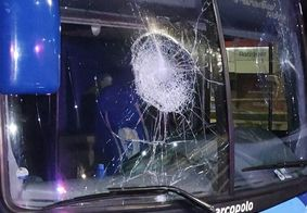 Ônibus do Campinense danificado após ataques de time rival.