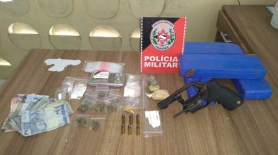 PM desarticula ponto de tráfico, prende suspeito e apreende arma e drogas em Santa Rita
