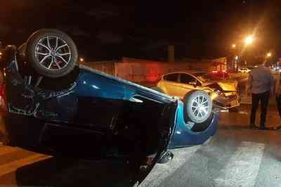 Carro capota após colisão em cruzamento e deixa motorista ferido, em João Pessoa