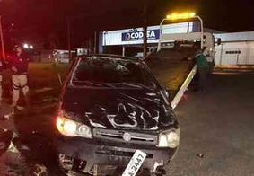 Motorista é socorrido após perder controle e bater carro em João Pessoa