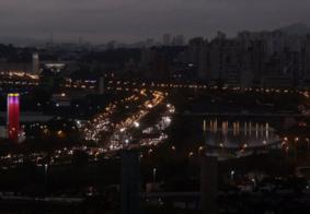 Chegada de frente fria faz 'dia virar noite' em São Paulo