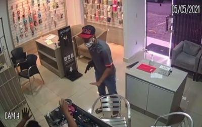 Vídeo: Câmeras flagram assalto a loja de celulares em João Pessoa