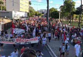 Manifestantes protestam contra cortes na educação no centro de João Pessoa