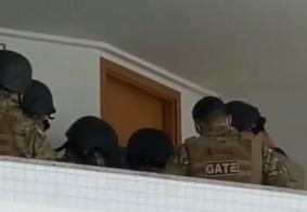 Já duram mais de 8h negociações entre GATE e mulher que tomou arma de policial em flat de JP