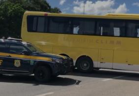 Ônibus interdita via e provoca engavetamento em João Pessoa
