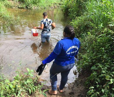 Para vacinação, enfermeiros atravessam rio na Paraíba