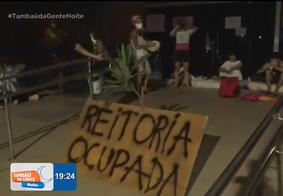 Estudantes seguem acorrentados em em protesto contra novo reitor da UFPB