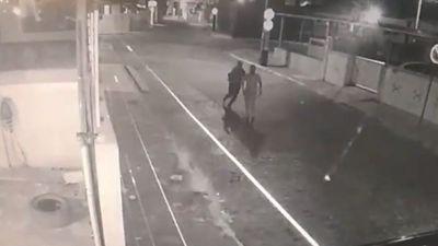 Câmeras flagram bandidos roubando dois carros de residência em João Pessoa