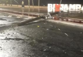 Vídeo: carro colide e destrói poste em frente a ponto turístico de João Pessoa