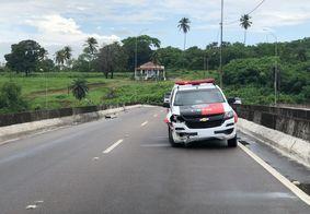 Viatura da Polícia Militar derrapa e colide com mureta de viaduto