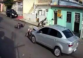 Câmera flagra momento em que vítima de assalto atropela suspeitos após o crime