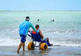Cadeiras adaptadas facilitam acesso de deficientes à praia em Alagoas