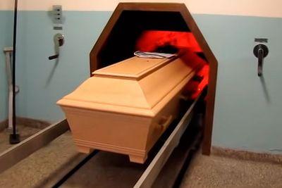 Idosa acorda antes de ser cremada após família achar que tivesse morrido
