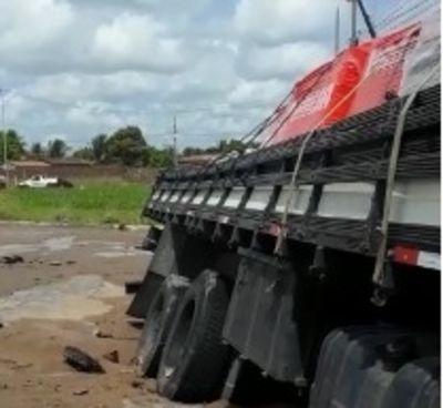 Caminhão carregado de cerâmica cai em buraco na Perimetral Sul