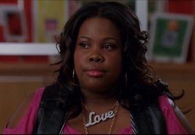 Atriz que interpretou Mercedes em 'Glee' tem carro atacado por apoiador de Trump
