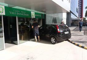 Carro invade prédio após colisão com outro veículo em João Pessoa
