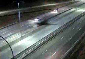 Vídeo: avião de pequeno porte faz pouso forçado em rodovia nos EUA