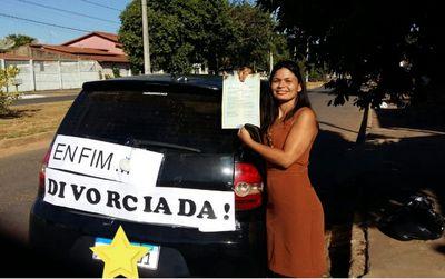 Comemoração de mulher após divórcio viraliza nas redes sociais