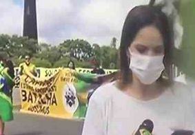 Repórter da Band é agredida na cabeça em manifestação pró-Bolsonaro; veja