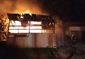 Vizinhos ajudam crianças a pularem pela janela de casa em chamas