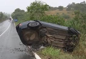 Adolescente sem habilitação perde controle do veículo e colide em poste, na BR-104