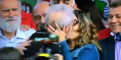 Lula dá beijão em namorada após apresentá-la ao público; veja