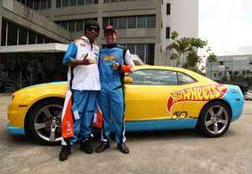 Ronaldinho participa de ação e surpreende usuários da Uber em um carro Hot Wheels