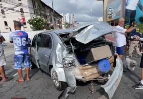 Carro foi abandonado pelo motorista, que fugiu sem prestar socorro.