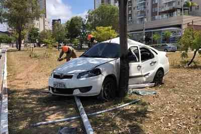 Carro capota, arranca poste e motorista sai ileso